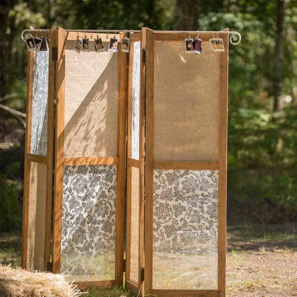 Paravent, ein mit Stoff bezogener Paravent, im Hintergrund Wald, Foto: jeanjacques / stock.adobe.com