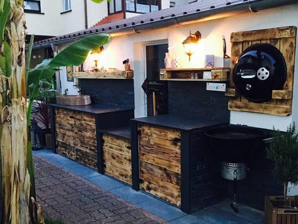 Freiluftküche, Outsoorküche, festinstallierte Küche in Holz- und Steinoptik, Abendstimmung, Foto: aussen-leben.de