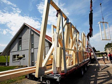 Holzständerbauweise, LKW mit Holzrahmenwand, Foto: Ingo Bartussek / stock.adobe.com