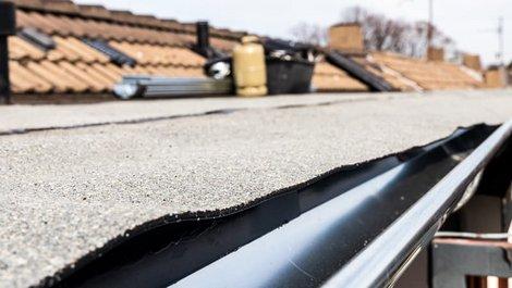 Dachpappe, Nahaufnahme einer Regenrinne, von Dachpappe überlappt, Foto: dietwalther / stock.adobe.com
