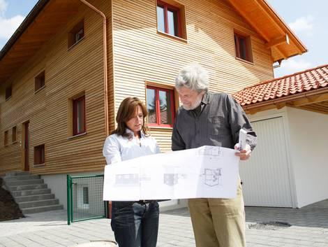 Bauabnahme, Architektin und Bausachverständiger vor einem Neubau, Foto: Verband Privater Bauherren e.V.