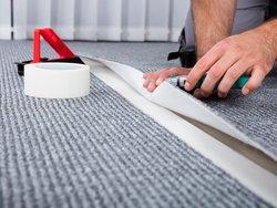 Teppich verlegen oder reparieren, Foto: istock / Andrey Popov