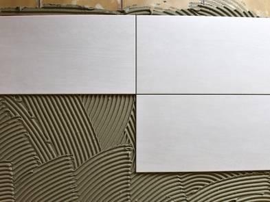 Fliesen, weiße Keramikfliesen im Fliesenbett, Foto: dieter76 / fotolia.de