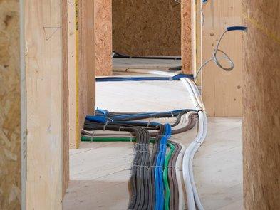 Kabel verlegen, Kabel unter dem Fußboden, Foto: iStock.com / AContadini