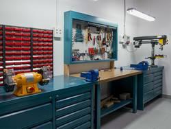 Werkstatt einrichten, Werkstatt mit Schränken, Arbeitsplatte, Lochwand mit Werkzeugen und Geräten, Foto: nacroba / fotolia.de