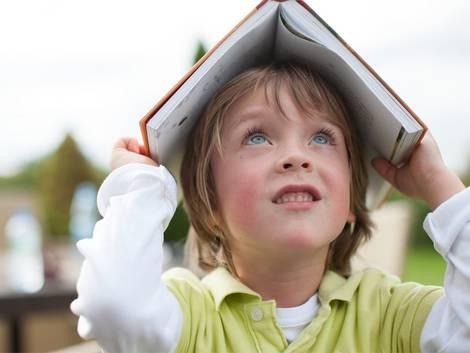 Fachbegriffe Baufinanzierung, Kind mit Buch auf dem Kopf, Foto Deutsche Postbank AG