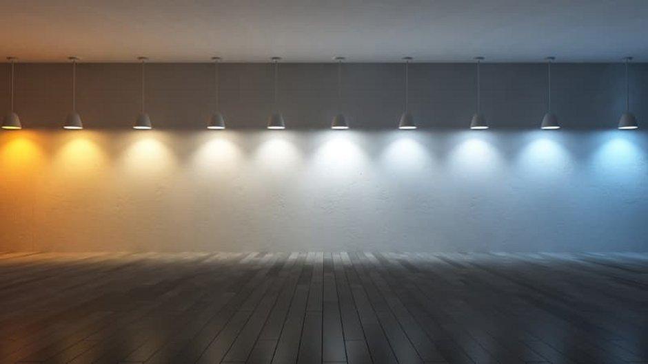 Beleuchtung, weiße Wand mit zehn Deckenleuchten und zehn Abstufungen bei der Lichttemperatur, von gelblich-warmen Licht bis zu bläulich-kaltem Licht, Foto: ohsuriya / stock.adobe.com