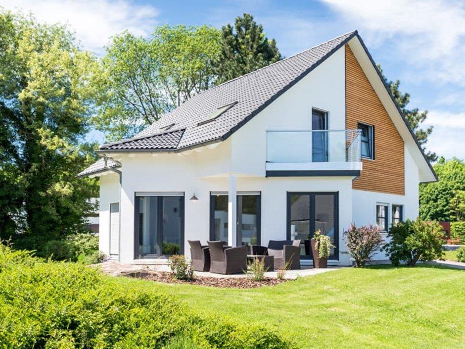 Holzständerbauweise, Neubau in angelegtem Garten, Foto: js-photo / stock.adobe.com