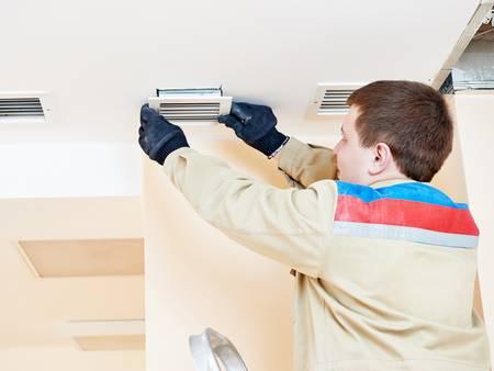 Lüftungsanlagen, kontrollierte Wohnraumlüftung, Wärmerückgewinnung, Handwerker tauscht Filter aus, Foto: iStock / kadmy