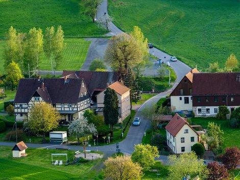 Mehrgenerationenhaus, Luftaufnahme eines kleinen Dorfs mit mehreren großen Häusern, Foto: spuno / stock.adobe.com