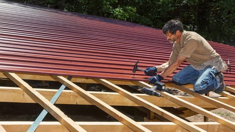 Dachplatten, Mann befestigt Dachplatten an der Unterkonstruktion, Foto: Ingo Bartussek / stock.adobe.com