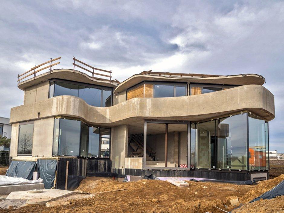KfW-Effizienzhäuser, Rohbau mit viel Beton und Glas, Foto: helmutvogler / stock.adobe.com