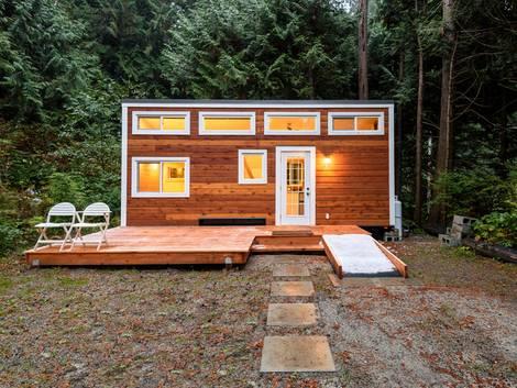moderne Häuser, Tiny House auf einem wildromantischen Waldgrundstück, Foto: ppa5 / stock.adobe.com