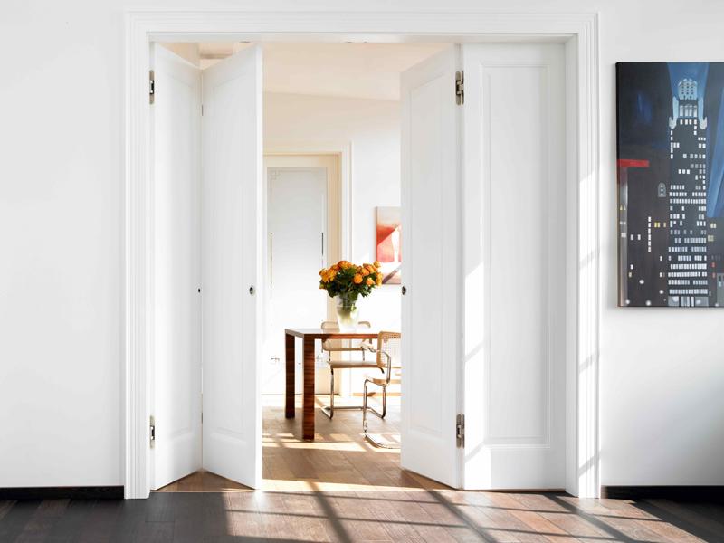 platzsparende faltt ren so klappt der einbau. Black Bedroom Furniture Sets. Home Design Ideas