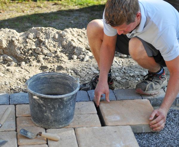 Fußbodenplatten Verlegen ~ Terrassenplatten verlegen ▷ schritt für schritt anleitung bauen