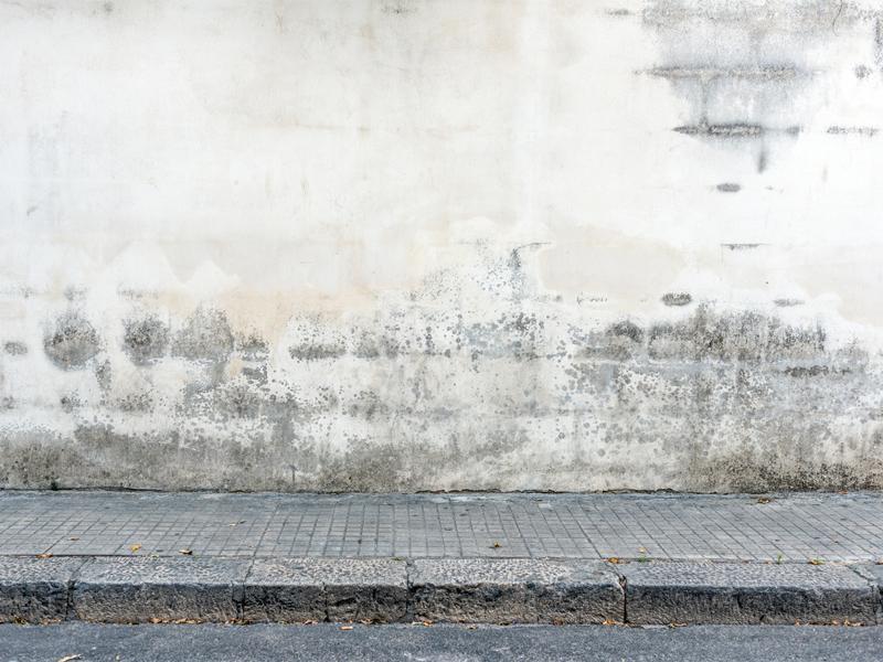 Die Fassade Ist Hässlich Verfärbt. Möglicherweise Reicht Es Aber, Sie Mit  Einem Hochdruckreiniger Zu Säubern. Foto: IStock / Ilbusca