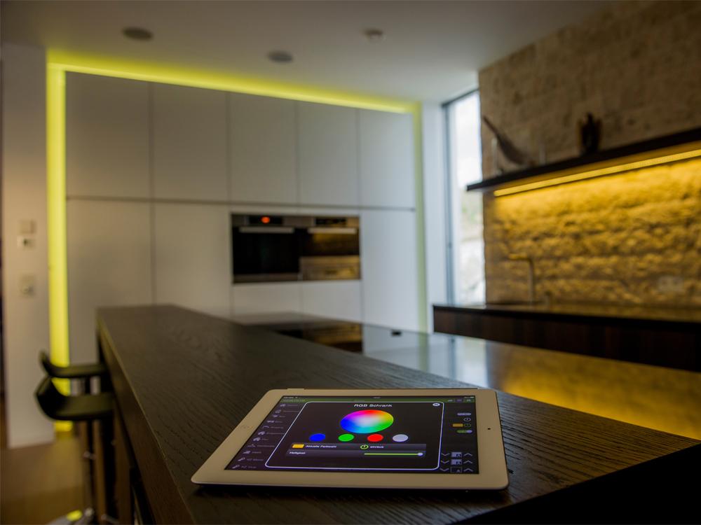 Durch Gedimmtes Licht Kann Im Wohnzimmer Angenehme Stimmung Geschaffen  Werden. Foto: Loxone Smart Home, Handyladestation ...